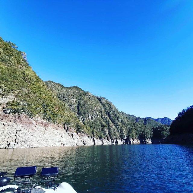 """KenD(けんでぃ) on Instagram: """"青い空のイケハラ。リザーバーってほんと景色が素晴らしいですね…#池原ダム #バスフィッシング #爆風でも波が立たない #凪だと本当に鏡のよう #今日は魚探がけだけでしたが #次回からは釣りこんでみます…"""" (116050)"""