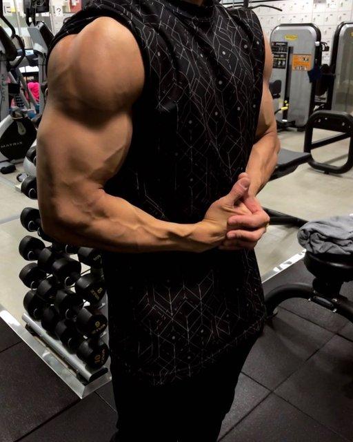 """上條 塁史 (Ruiji Kamijo) on Instagram: """"_ 本日は脚トレでした!  相方が別のジムにてトレーニングをしていたので、写真が撮れなかったので、過去の超パンプした腕肩の写真を載せておきます。笑  本日の脚トレのメニューは ・スミススクワット ・Vスクワット ・レッグカール ・レッグエクステンション ・スタンディングカーフ…"""" (119856)"""