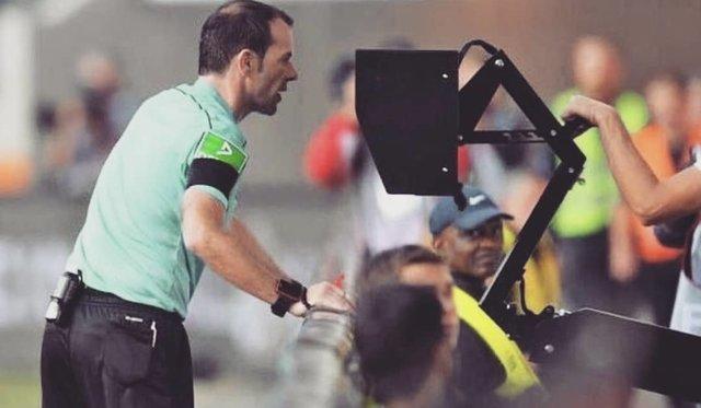 """VAR on Instagram: """"U Saudijskoj Arabiji na meču između fudbalskih klubova Al-Nassr i Al-Fateh dogodila se neobična situacija sa VAR tehnologijom.  Naime,…"""" (120373)"""