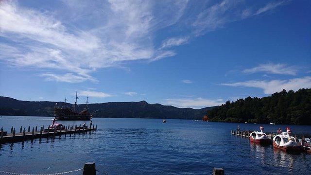 "🍎 on Instagram: ""#箱根 #箱根港 #海賊船 #芦ノ湖 #Hakone #pirateship #lakeashinoko"" (121387)"