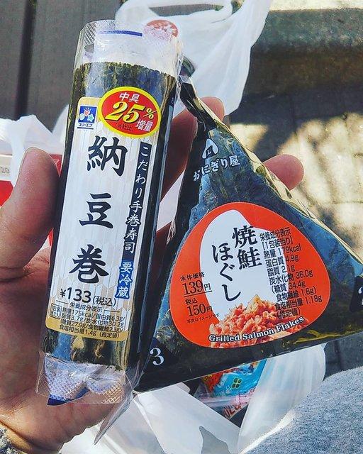 """あいぷー☺🌴🧡smile on Instagram: """"春休み🌸1日目の木曜日、 初コンビニのおにぎりを🍙試してみようかな🤔💡と急におもいたち、トライ✊ ローソンの鮭おにぎりと納豆巻きで🍙  食物アレルギー重度のりくなので、コンビニのおにぎり🍙もコンタミネーション(混入)がこわくて今まで一回も食べさせたことがなかった😣…"""" (128521)"""
