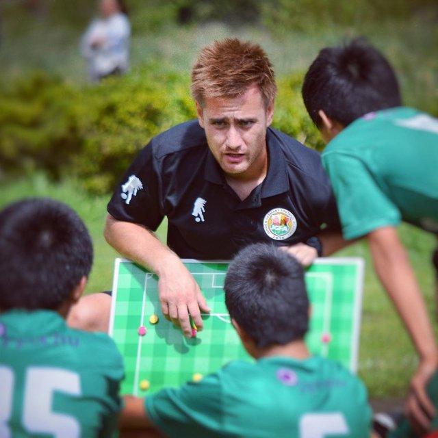 """Yuki Stalph (シュタルフ悠紀) on Instagram: """"本日は育成現場に。 日本サッカーの未来は、彼らにかかっています。でも、彼らがすくすくと育つための環境づくりは、我々指導者にかかっています。  皆さんは知っていますか? 神奈川県の育成リーグでは、控えのGKは試合中にボールを使ってウォーミングアップを許されていません。…"""" (128700)"""