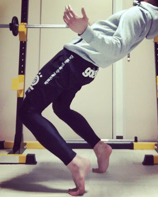 """萩原智之 on Instagram: """"シシースクワットをする時って、正しい手のポジションはコレだと思うんです。 時を止めたくなってしまうんです。 こんな事しているから女性のフォロワー増えないんです。 女性専門のトレーニング指導しているのに。…"""" (132360)"""