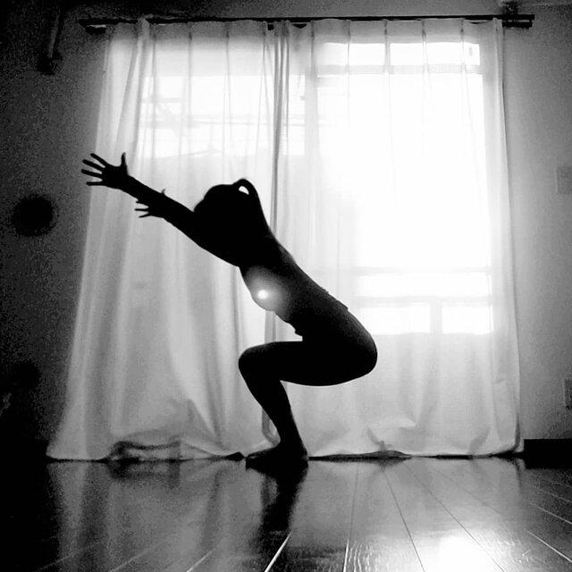 """noritama on Instagram: """"心臓の活性化、 スタミナ強化、 下半身を強くします。 空気イスに座るイメージで、 内ももをピタッと合わせて 股に1万円札を挟み落とさない様にキープします!股に隙間があく時は100万円挟んでもOKです! 私はお金挟みませ~ん #utkatasana #chairpose…"""" (132844)"""