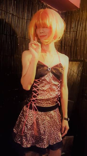 行きつけのバーでのハロウィンパーティーで女装した(させ...