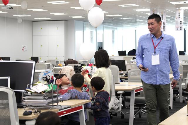 オフィスの隅から隅まで探索する元気な子ども達。お父さん...