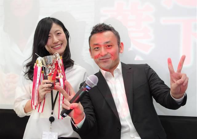 受賞記念のトロフィー、舟久保さんと一緒に!さわやかで素...