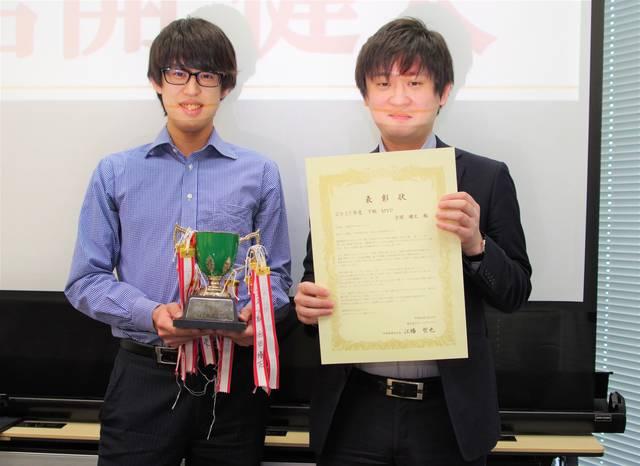 受賞した吉開さん(左)。上司の村井さん(右)からは賞状...