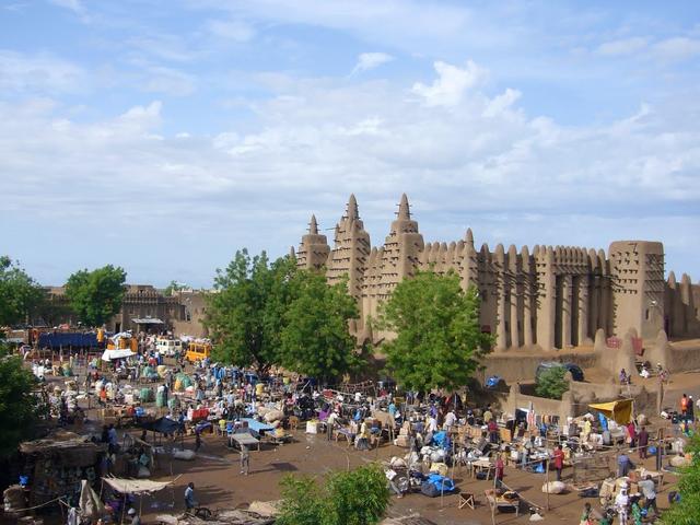 マリ・・・泥で作られたモスク。これを見るためにサハラ砂...