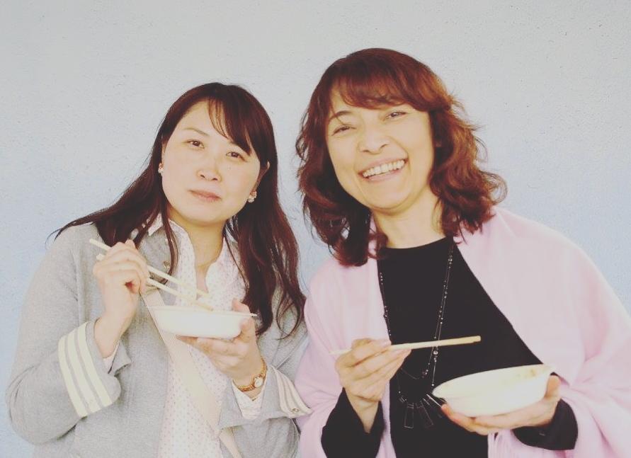 勝間和代さん(右)と