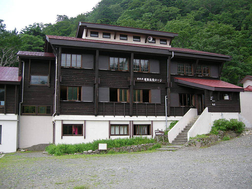 蓮華温泉ロッジ     © 獰猛スイマー1000 https://commons.wikimedia.org/wiki/File:Renge_Onsen_rodge.jpg