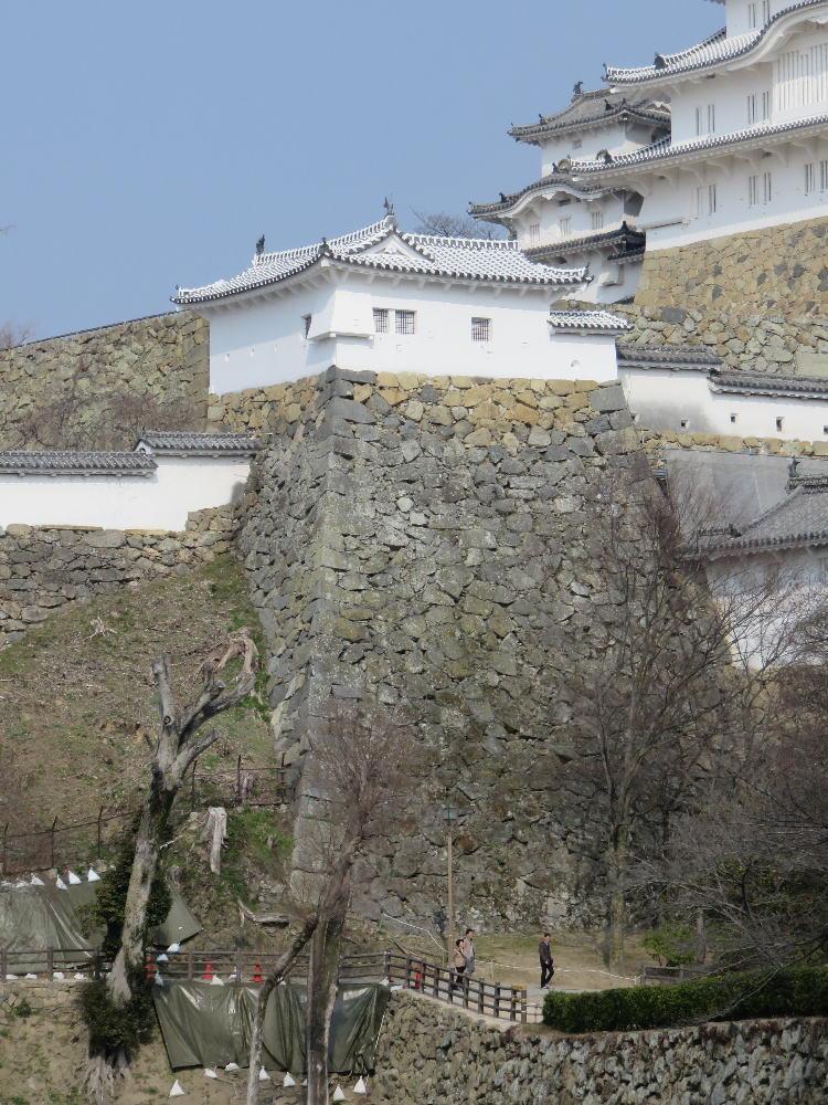 太鼓櫓と石垣。 https://commons.wikimedia.org/wiki/File:Himeji-castle-taiko-yagura.jpg
