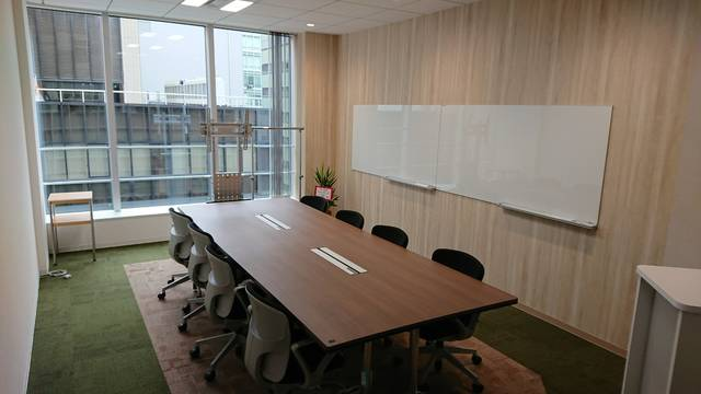 こちらは8人用会議室です。ナチュラルなデザインとしています。