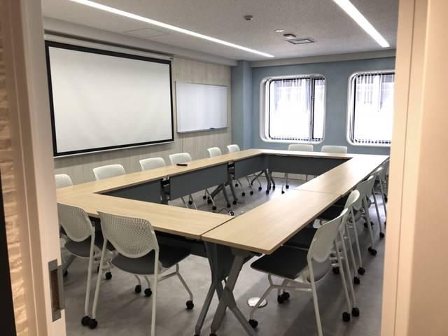 セミナーも実施可能で、Sky(空)をイメージした会議室(大)