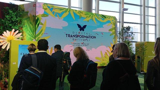 巨大モニターに写し出された蝶とのデジタルフォトスポット