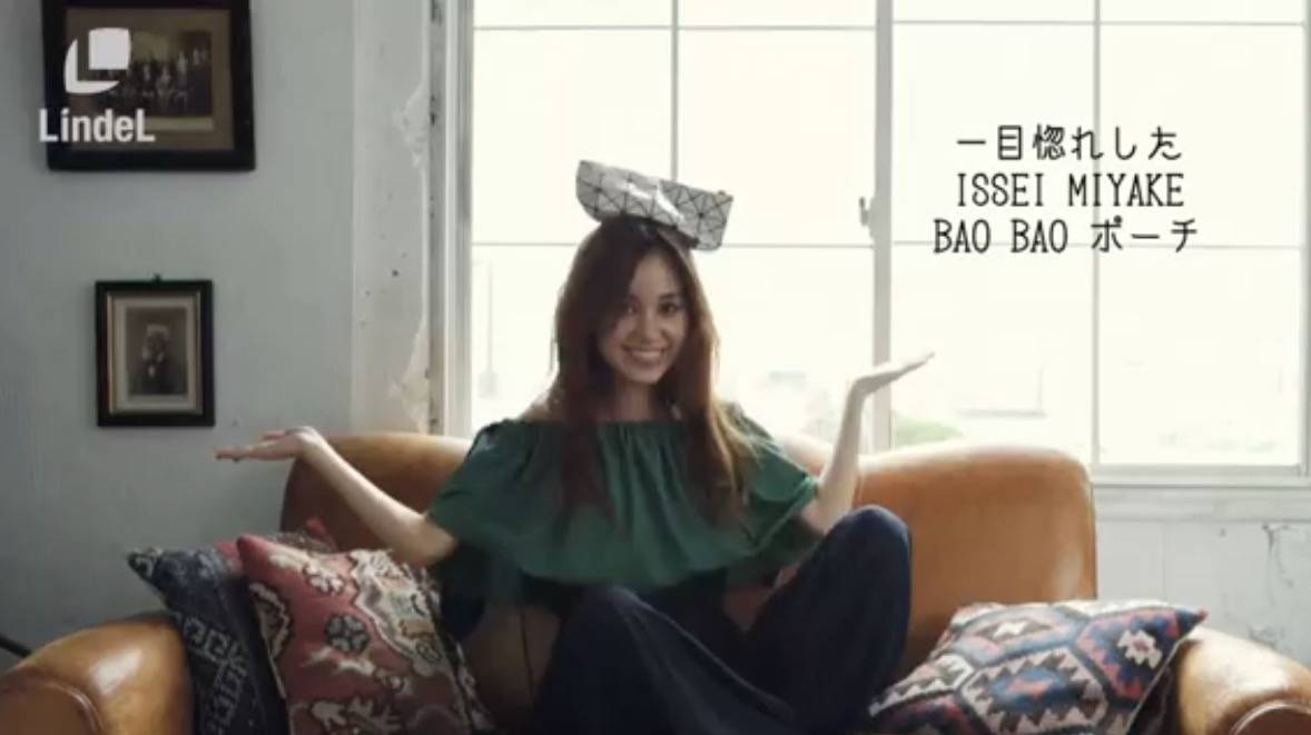 【VIDEO】モデル姫野佐和子さんがポーチの中身をキュートに大公開♡