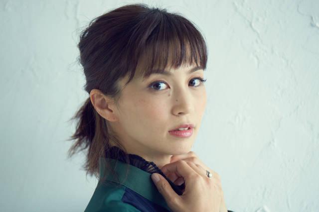 【MOVIE】シンプルメイクが気分の安田美沙子さん、ポーチの中身を大公開!