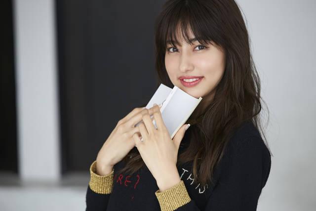 人気モデル、愛甲千笑美さんの自分磨きに欠かせない愛読書、3選をお披露目