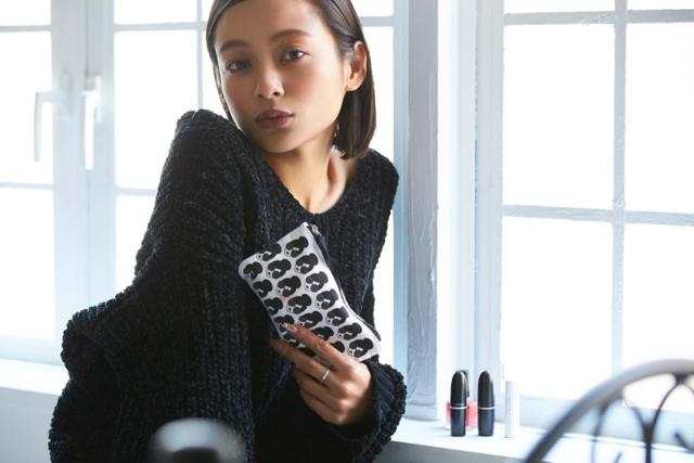 【コスメはマルチユース派】モデル・脇田恵子さんの気になるポーチの中身[動画あり]