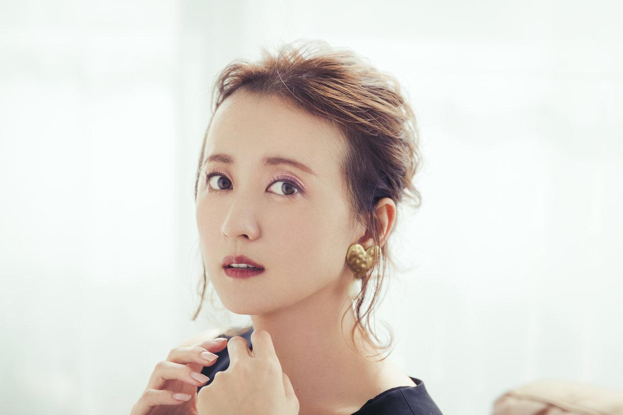 ブルベ夏の女優・小松彩夏さんがこの秋気になっている「大人っぽピンクメイク」の仕込み方