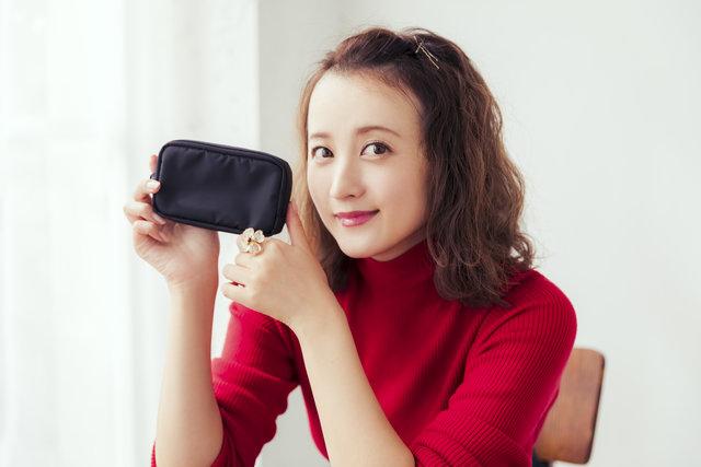 必要最小限のアイテムをスマートに収納♪ 女優・小松彩夏さんのポーチの中身を公開♡【スペシャル動画つき】