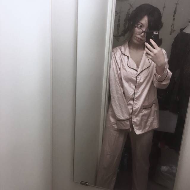 光沢ピンクのパジャマで女子度高く♡