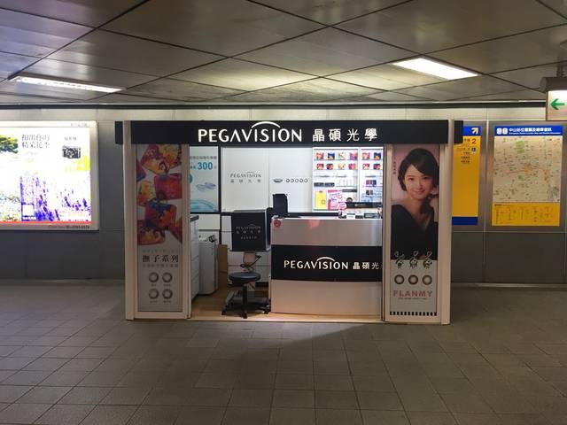 日本で人気のカラコンの看板がなぜ駅構内に⁉