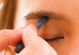 ⑤眉下に影を入れて、目元を強調
