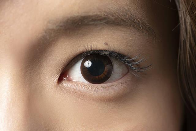 裸眼に近いカラコンをつけた瞳