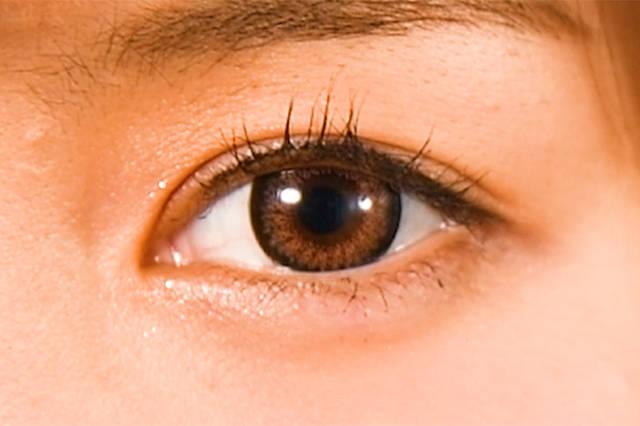 瞳にひとくせ盛り込みたいなら高発色ブラウンを!