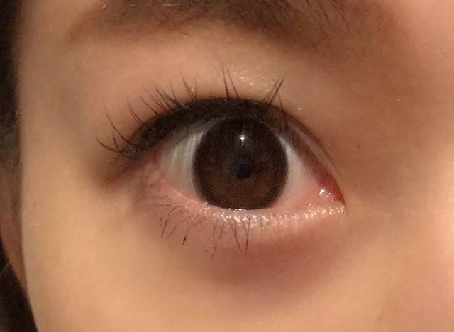 まるで裸眼のような瞳