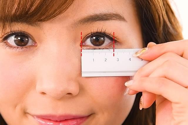 定規で目の横幅を測る