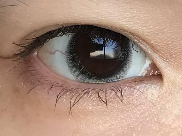 黒目がグラデーションされて透明感MAX!