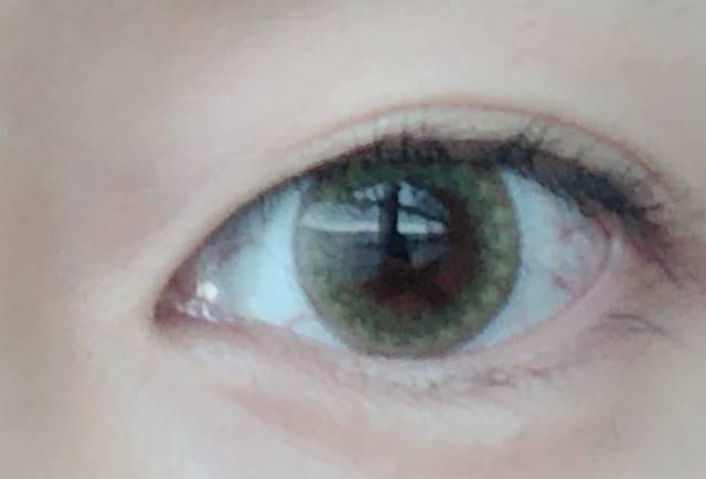 リボン柄が瞳にニュアンスを与えてくれる!