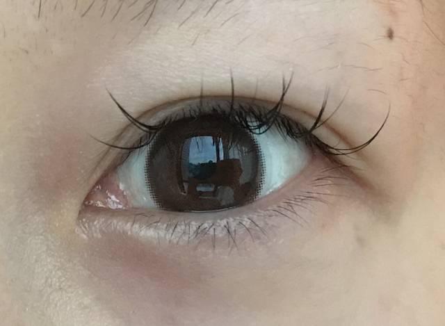 瞳に馴染むナチュラルブラウン