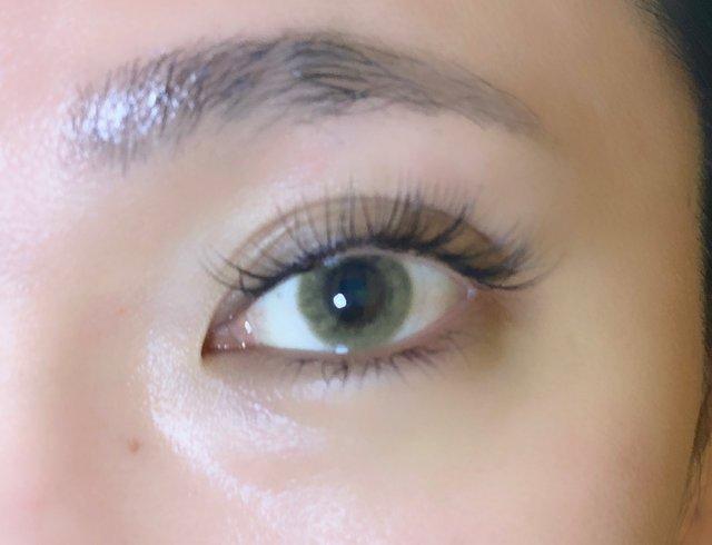 ダークブラウンの瞳でも黄色がきちんと発色!