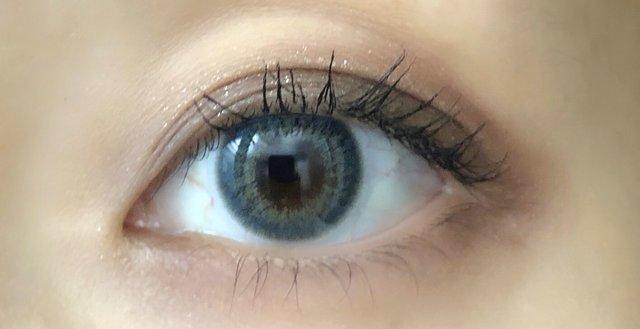 ダークブラウンの瞳に乗せると深いブルーに発色!