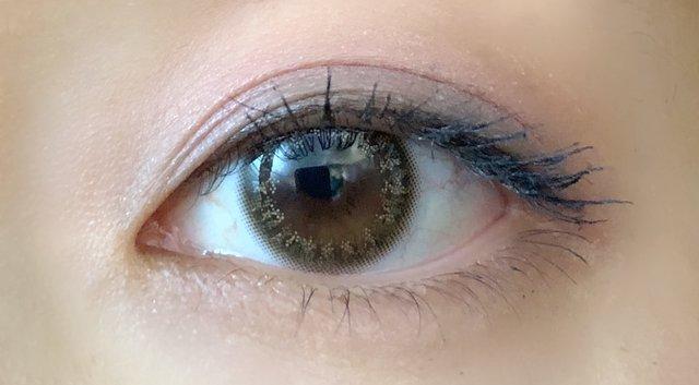 上品にキラッと輝くオリーブ色の瞳