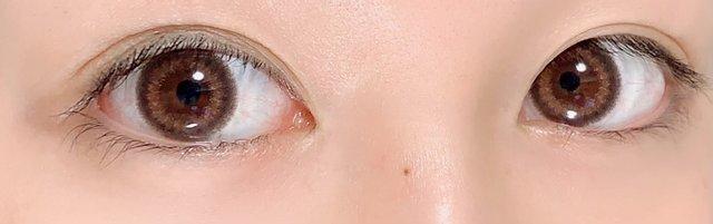 引きで見ると控えめながら存在感のある瞳!