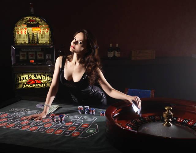 [フリー写真] カジノのルーレット台とロシア人女性でアハ体験 -  GAHAG | 著作権フリー写真・イラスト素材集 (237)