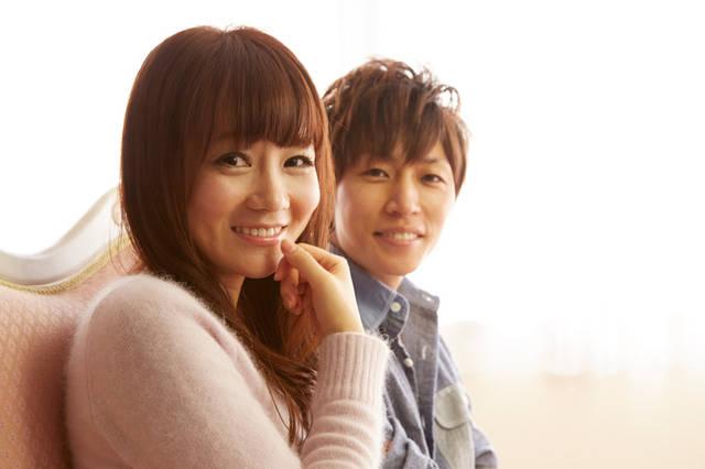 [フリー写真] ソファーに座っている日本人のカップルでアハ体験 -  GAHAG | 著作権フリー写真・イラスト素材集 (389)