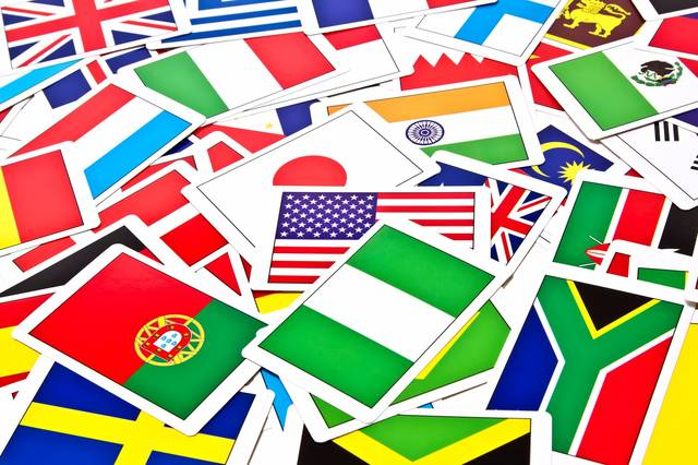 散らばった国旗カード|ぱくたそフリー写真素材 (547)