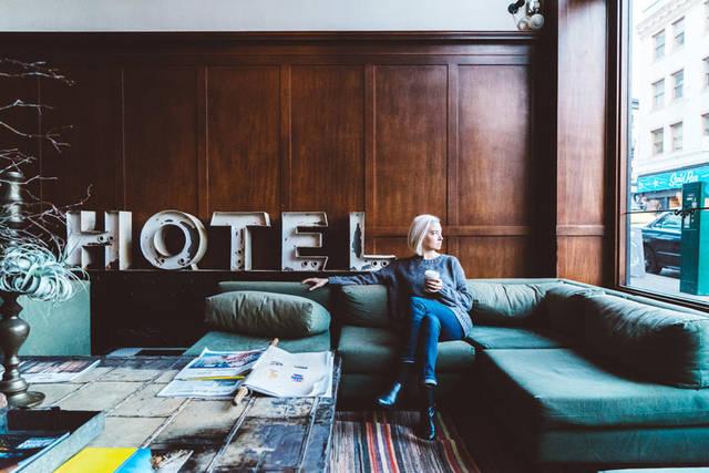 [フリー写真] ホテルのロビーにあるソファーに座る外国人女性でアハ体験 -  GAHAG | 著作権フリー写真・イラスト素材集 (618)