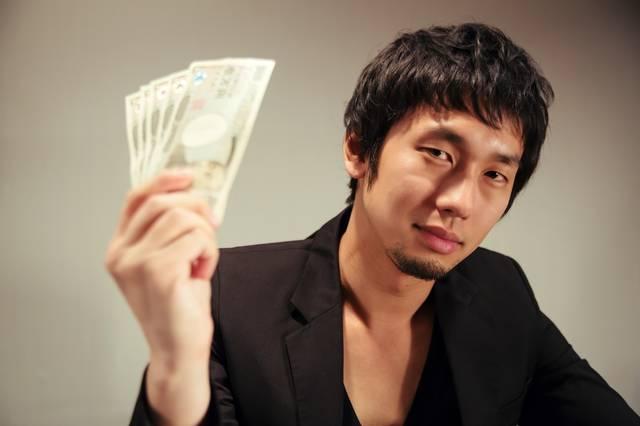 萬券を見せつける闇金風の男性|ぱくたそフリー写真素材 (672)