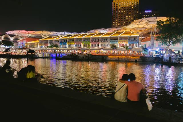カラフルな店先とカップル(シンガポール)|ぱくたそフリー写真素材 (741)