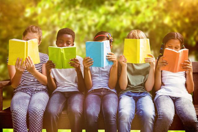 [フリー写真] 本を読む子供達でアハ体験 -  GAHAG | 著作権フリー写真・イラスト素材集 (1020)