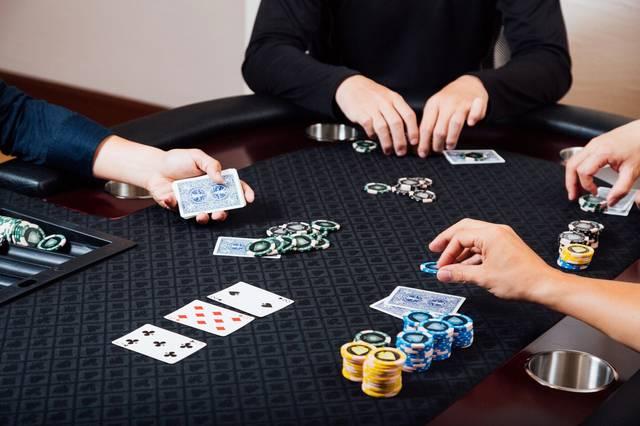 ポーカーを楽しむ人達|ぱくたそフリー写真素材 (1037)