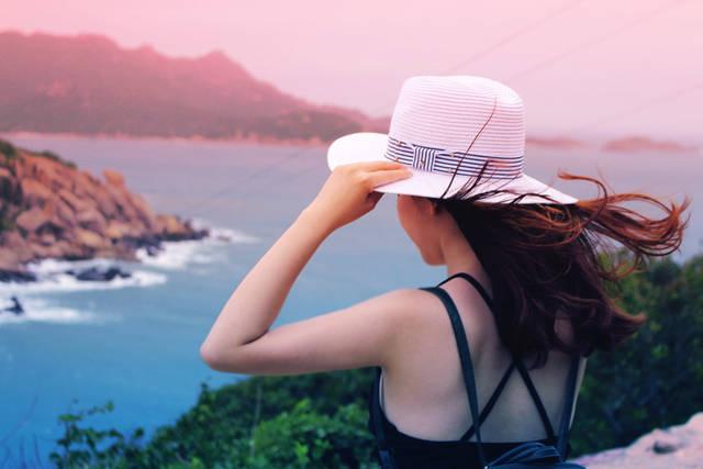 [フリー写真] 手で帽子を押さえながら海を眺める女性でアハ体験 -  GAHAG | 著作権フリー写真・イラスト素材集 (1163)