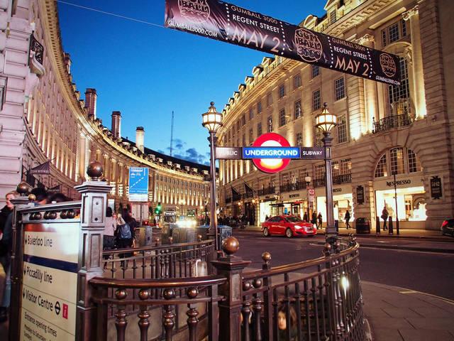 ロンドンの地下鉄地上の鮮やかな建造と夕景 | 「frestocks(フリストックス)」フリー素材やモデル写真 (1187)
