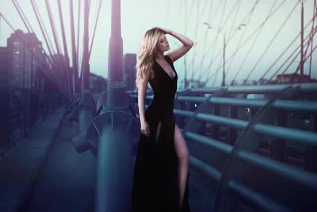 [フリー写真] ドレス姿で橋の上に立つ外国人女性でアハ体験 -  GAHAG | 著作権フリー写真・イラスト素材集 (3197)